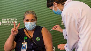 Uma profissional é vacina em São Paulo, Brasil