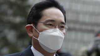 Фактический глава Samsung приговорен к 2,5 годам тюрьмы за коррупцию