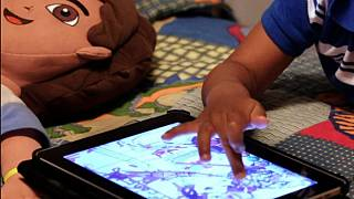 Tablet ile oynayan çocuk