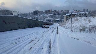ثلوج كثيفة تغطي اسطنبول تعيق حركة المرور وتتسبب بانزلاق السيارات