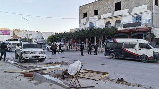 شاهد: صدامات بين محتجين والشرطة في تونس والجيش ينتشر في بعض المدن