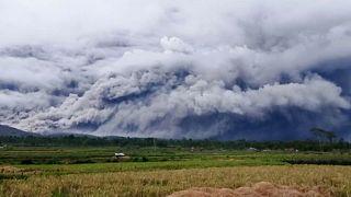 Una nube de ceniza impide ver el monte Semeru, en la isla de Java