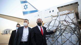رئيس الوزراء الإسرائيلي بنيامين نتنياهو ووزير الصحة يولي إدلشتاين يحضران وصول طائرة بشحنة من لقاحات فايزر لفيروس كورونا إلى مطار بن غوريون