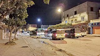 La scena dopo la notte di scontri a Ben Arous, Tunisia, domenica 17 gennaio 2021