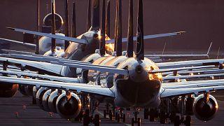 طائرات لوفتهانزا جاثمة على مدرج مطار فرانكفوت في ألمانيا، وقد اضطرت الشركة إلى إلغاء نصف رحلاتها بسبب جائحة كورونا. 2020/03/15