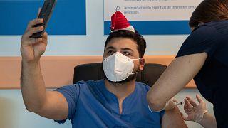 El médico German Osorio es vacunado contra el virus en el Hospital Central de Posta en Santiago, Chile, el 24 de diciembre de 2020. Fecha de inicio de la campaña en el país.