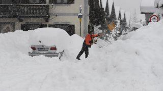 رجل يزيل الثلج عن سيارته في جنوب ألمانيا. 2021/01/18