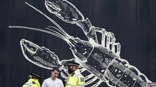 Polizei überprüft protestierenden Fischer in London.