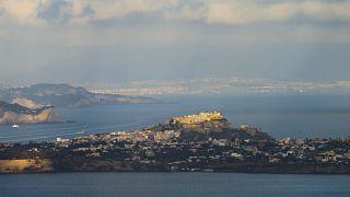 L'isola di Procida e Napoli sullo sfondo