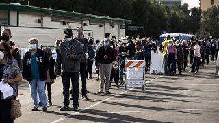 Oltásra váró emberek az USA-ban