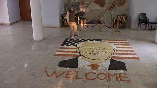 Un artista kosovar crea un Joe Biden gigante a base de cereales