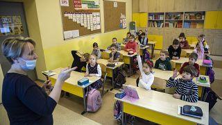 Polonia e Russia riaprono le elementari, in Italia si torna alle superiori in altre quattro regioni