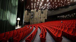 Ένα σχεδόν άδειο θέατρο