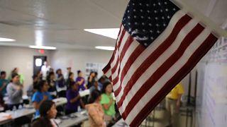 Bandera estadounidense en un aula. Imagen de archivo