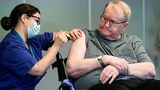 Maria Golding nővér beoltja Svein Andersent, az Ellingsrudhjemmet lakóját. Ő az első Norvégiában, akit beoltottak az új koronavírus ellen.