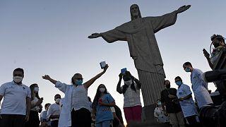 انطلاق حملة التطعيم ضد كورونا أمام تمثال المسيح المنقذ في ريو دي جانيرو - البرازيل