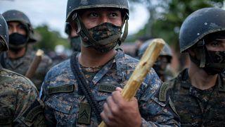Un miembro de las fuerzas de seguridad guatemaltecas