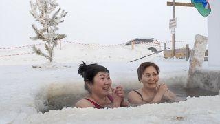 Bei minus 56 Grad Celsius ins Wasser: Zwei Frauen aus Sibirien baden im Fluss Lena.
