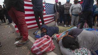Sınırda bekleyen göçmenler