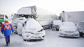 Összetört autók a baleset helyszínén