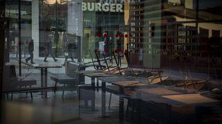 Un restaurante de comida rápida cerrado durante uno de los confinamientos en Cataluña