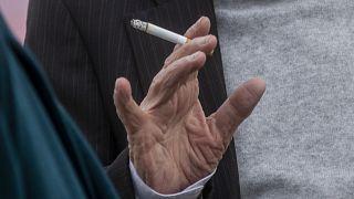 Már szabadtéren is tilos dohányozni egy másik ember közelében Milánóban - képünk illusztráció