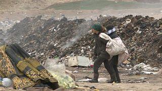فقراء يبحثون عما يسدّ رمقهم بين أكوام النفايات خلف حقول النفط في شمال شرق سوريا