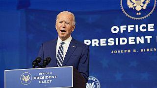 El presidente electo Joe Biden habla durante un evento para anunciar su elección del general retirado del ejército Lloyd Austin para ser secretario de defensa.