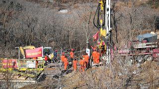 فرق الإنقاذ في موقع انفجار منجم الذهب حيث حوصر 22 عاملاً تحت الأرض في مقاطعة شاندونغ شرقي الصين.
