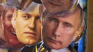 Masken von Nawalny und Putin in einem Geschäft in St. Petersburg.