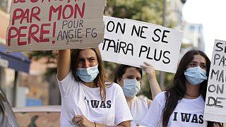 """""""Dai 6 ai 10 anni da parte di mio padre"""" e """"Non staremo più zitte"""" si legge sui cartelli durante una manifestazione contro la violenza sessuale ad Ajaccio. 05/07/20"""