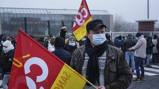 Sztrájkolók a Sanofi székháza előtt Marcy l'Etoile-ban