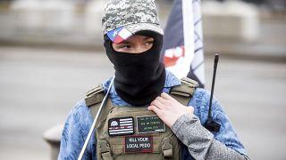 شاهد: ملثمون مدججون بالسلاح يتجمعون بالقرب من المباني الحكومية في فرجينيا