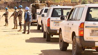 بعثة الأمم المتحدة والاتحاد الأفريقي لحفظ السلام في مخيم للنازحين في نيالا عاصمة جنوب دارفور.