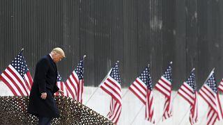 Donald Trump en train de descendre des escaliers, à Alamo, au Texas, le 12 janvier 2021