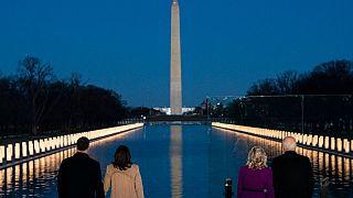 Joe Biden y Kamala Harris con sus parejas en el homenaje a las víctimas de la COVID-19, Washington