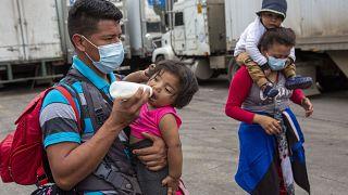 Una familia de migrantes de la caravana regresa a Honduras