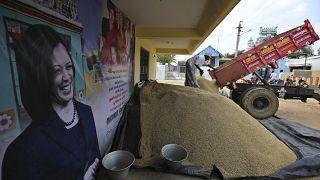 هنود يقدمون الأرز بجوار لافتة تعرض صورة نائبة الرئيس الأمريكي المنتخب كامالا هاريس في ثولاسيندرابورام، مسقط رأس جدها من أمها في جنوب تشيناي