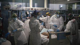 Profissionais de saúde espanhóis enfrentam crise de saúde mental