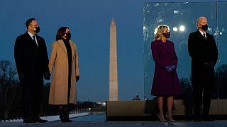 Kamala Haris com o marido (esquerda) e Joe Biden com a mulher num memorial às vítimas da pandemia