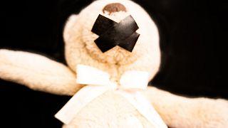 Çocuk tecavüzüne sembolize eden bir fotoğraf