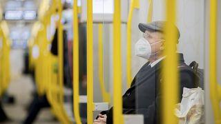 Un hombre viaja en el metro de Berlín con una mascarilla FFP2