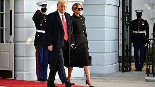 الرئيس الأمريكي دونالد ترامب والسيدة الأولى ميلانيا يغادران البيت الأبيض في واشنطن العاصمة في 20 يناير 2021.