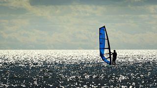 Windsurf na crista da onda da igualdade de género