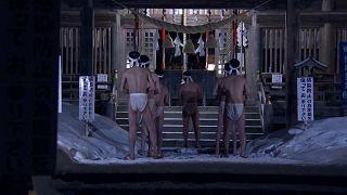 غسل آیینی کاهنان با آب یخ در ژاپن