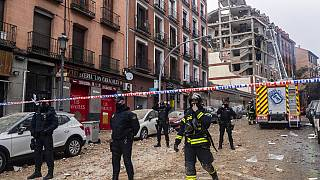 A polícia rapidamente isolou o edifício onde ocorreu a explosão, em Madrid, Espanha