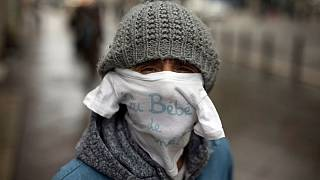 استفاده یک شهروند فرانسوی مقیم مارسی از لباس نوزاد به جای ماسک