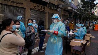 طابور في مركز اختبار مؤقت لكوفيد- 19 في هونغ كونغ