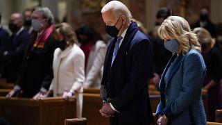Biden, junto a su esposa Jill, asistiendo a misa horas antes de su investidura como presidente de EE.UU.