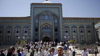 صورة من الارشيف - تجمع لأداء صلاة الجمعة  في مسجد دوشانبي المركزي في طاجيكستان